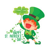 Glücklicher St- Patrick` s Tageskobold, der Shamrock hält Lizenzfreies Stockbild