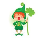 Glücklicher St- Patrick` s Tageskobold, der Shamrock hält Stockbild