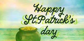 glücklicher St.-patricks Tag gegen Strandszene stockbilder