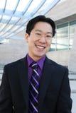 Glücklicher stattlicher chinesischer Geschäftsmann Stockfoto