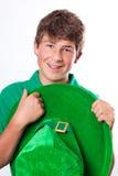 Glücklicher stattlicher Jugendlicher im Grün Stockfotos