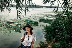 Glücklicher stilvoller Frauenhippie-Reisender, der am shor lächelt und blinzelt Lizenzfreie Stockbilder