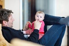 Glücklicher stolzer junger Vater, der Spaß mit neugeborener Babytochter, Familienporträt zusammen hat Vati mit Baby, Liebe neu lizenzfreie stockfotos
