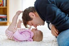 Glücklicher stolzer junger Vater mit neugeborener Babytochter, Familienporträt zusammen Stockbilder