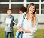 Glücklicher Student Carrying Shoulder Bag, das an steht Stockbilder