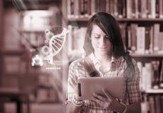 Glücklicher Student, der futuristische Schnittstelle verwendet, um über Wissenschaft von der digitalen Tablette zu lernen Stockbilder