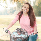 Glücklicher Student Girl With Bicycle lizenzfreie stockfotos