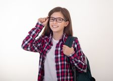 Glücklicher Student mit Rucksack bleibt auf weißem Hintergrund Zurück zu Universität lizenzfreies stockfoto