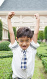 Glücklicher Studentenjunge in der Schule lizenzfreie stockfotos
