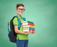 Glücklicher Studentenjunge mit Schultasche und Büchern Stockfotos