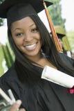 Glücklicher Studentin-With Certificate In-Campus Lizenzfreie Stockfotos