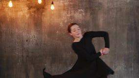 Glücklicher Tänzer in der Praxis Innen stock video
