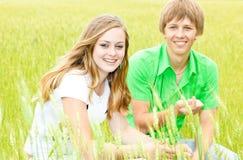 Glücklicher Teenager auf dem Gebiet Stockfotos