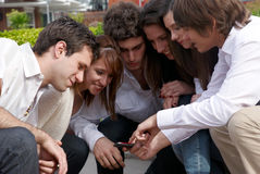 Glücklicher Teenager, der auf Straße sitzt Lizenzfreie Stockfotos