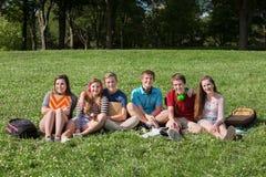Glücklicher Teenager mit Rucksäcken Lizenzfreies Stockbild
