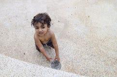 Glücklicher toodler Junge, der Wasserparkbrunnen spielt Stockfoto