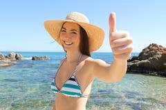 Glücklicher Tourist auf dem Strand Daumen oben gestikulierend lizenzfreies stockbild