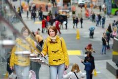 Glücklicher Tourist der jungen Frau, der manchmal Quadrat in New York City besichtigt Weiblicher Reisender, der Ansicht von im St lizenzfreie stockfotos