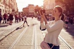 Glücklicher Tourist der jungen Frau nimmt picures in der alten Stadt Junge Frau auf dem Strand von Formentera-Insel Ferien und Fe Lizenzfreie Stockfotos