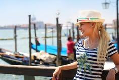 Glücklicher Tourist und Gondeln in Venedig, Italien Nettes junges Blon Lizenzfreies Stockbild