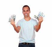 Glücklicher und aufgeregter lateinischer Mann mit Bargeld Lizenzfreie Stockbilder