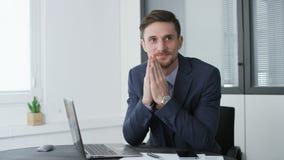 Glücklicher und begeisterter junger Geschäftsmann im Büro stock video footage