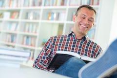 Glücklicher und entspannter Leser stockfotografie