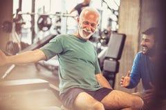 Glücklicher und gesunder Senior an der Turnhalle lizenzfreies stockbild