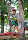 Glücklicher und lächelnder Kletterer wenig binden einen Knoten auf einem Seil Eine Person bereitet sich für den Aufstieg vor Das  lizenzfreie stockfotos
