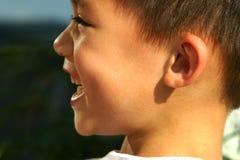 Glücklicher und lachender Junge lizenzfreies stockbild