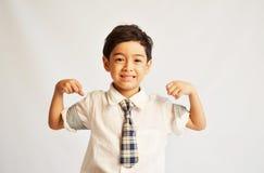 Glücklicher und starker Student in der Uniform lizenzfreie stockfotos