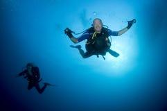Glücklicher Unterwasseratemgerättaucher, der einen Sturzflug anfängt Stockfotos