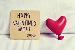 Glücklicher Valentinsgrußtag des Textes in einer Anmerkung lizenzfreies stockfoto