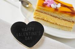 Glücklicher Valentinsgrußtag in einer Herz-förmigen Tafel und ein Stück von Stockbilder