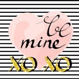 Glücklicher Valentinsgrußtag - Goldfunkelnde Hand gezeichnete Briefgestaltungskarte auf gestreiftem Hintergrund Stockfoto