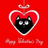 Glücklicher Valentinsgrußtag Großes Papierherz hangin auf Strichlinie mit Bogen Kätzchen der schwarzen Katze, das oben schaut Net Lizenzfreie Stockfotos