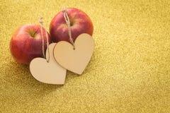 Glücklicher Valentinsgrußtag/zwei Äpfel und Herzen mit der Aufschrift ich liebe dich und einem Platz ließ allein Widmungen Lizenzfreies Stockfoto