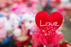 Glücklicher Valentinstag auf dem Herzen geformt Stockbilder