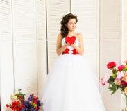 Glücklicher Valentinstag Braut mit rotem Herzen Hochzeits- und Valentinsgrußkonzept Stockfotos