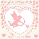 Glücklicher Valentinstag Karte knirschend Nettes kupidon zielt in das Herz Lizenzfreies Stockfoto