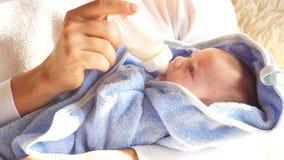 Glücklicher Vater, der zu Hause netten Babysohn im Schlafzimmer einzieht stock video footage