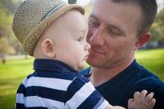 Glücklicher Vater Holding Baby Son stockfoto