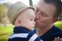 Glücklicher Vater Kissing Baby Son stockbilder