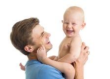 Glücklicher Vater mit Babysohn in seinen Händen lokalisiert auf Weiß Lizenzfreie Stockbilder