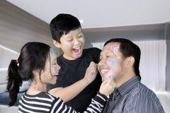 Glücklicher Vater mit den Kindern, die zusammen spielen Lizenzfreie Stockbilder