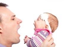 Glücklicher Vater mit einem Baby auf einem weißen Hintergrund stockfoto