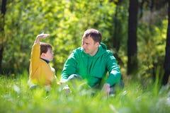 Glücklicher Vater mit seinem kleinen Sohn draußen stockfoto
