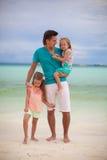 Glücklicher Vater mit seinen zwei Töchtern auf tropischem Stockfoto