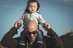 Glücklicher Vater mit Sohn lizenzfreie stockbilder