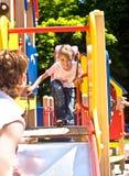 Glücklicher Vater mit Tochter auf Spielplatz. Lizenzfreie Stockbilder